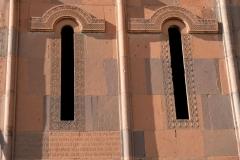 Unterhalb der Fenster erkennen wir Inschriften mit alten armenischen Buchstaben
