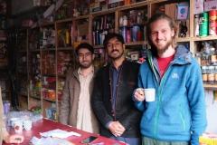 In einem kleinen Laden werden wir von zwei lustigen Brüdern auf einen Tee und ein Schwätzchen eingeladen...