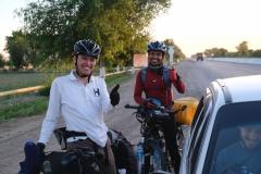 Überraschend treffen wir bei der Anfahrt auf Buchara auf Ichiro und Jogesh (v.l.), die mit dem Rad unterwegs sind