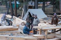 Die Arbeiter wärmen sich an einem Feuer