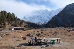 Nach dem Mittagessen mit spektakulärem Blick auf den neunthöchsten Berg der Erde...