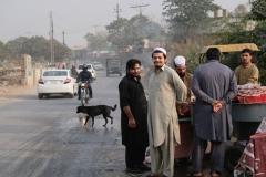 Auf dem Weg nach Hause passieren wir diese Herren am Fischverkauf. Islamabad und Rawalpindi waren hochspannend für uns. Zwar nahe dran an der Reizüberflutung, doch trotzdem auch ganz besonders!
