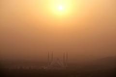 Etwas später leuchtet die Faisal-Moschee im Sonnenuntergang in einer beeindruckenden Smogbrühe