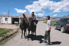 Neu für uns sind die vielen Reiter! Diese zwei helfen uns mit einer Wegbeschreibung zum Jurtencamp