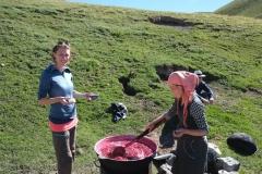 ...und wir dürfen von der frisch gemachten Kirschmarmelade probieren. Köstlich!