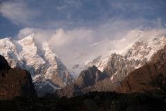 Ausblick auf die schneebedeckten Berge, die dem Fort gegenüberliegen