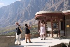 Auch einigen pakistanischen Touristen ist das Fort ein Besuch wert