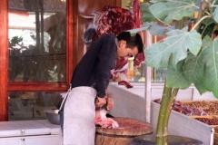 Ein Mitarbeiter bereitet den Speck vor, der später in die Samsas kommt