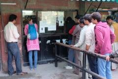 Oft gesehen in Lahore: Am Frauenschalter ist deutlich weniger los als am Pendant der Männer. Dank Leo kommen wir schnell an unsere Tickets :-)