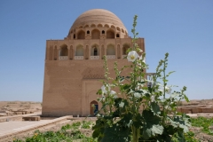 Erster Stopp beim 1157 erbauten und noch sehr gut erhaltenen Mausoleum von Sultan Sanjar.