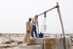Mohammed zeigt Leo den Brunnen. Das Wasser soll sogar trinkbar sein.