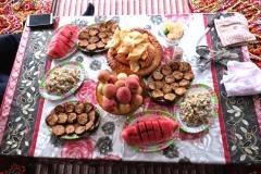 Bei Zhumabais Familie werden wir mit leckeren Vorspeisen begrüßt. V.a. die Auberginen mit viel, viel Knoblauch sind überaus lecker!