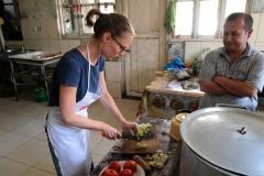 In der kleinen Stadt Vanj erhole ich mich von meiner Krankheit und nachdem es mir besser geht, dürfen wir die Restaurantküche in Beschlag nehmen! Der Koch schaut mir interessiert beim Kochen zu - ein Gericht ohne Fleisch, so erzählt er uns, hat er schon lange nicht mehr gekocht.