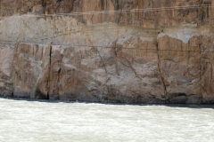Afghanische Bauarbeiter - kaum zu sehen in den Felsen oberhalb des Wassers