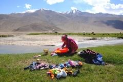 Eine Frau wäscht am Fluss Wäsche