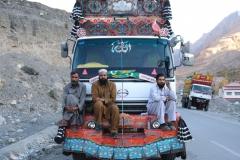 Auf dem Weg nach Passu kommen wir an den ersten reich verzierten Lastwagen und ihren netten Fahrern vorbei