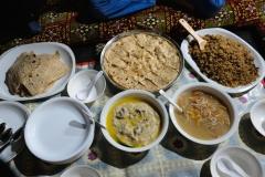 Für uns ist alles neu: Suppe mit getrockneten Aprikosen, Fladenbrot mit Käse und Aprikosenöl, sowie ein Mehlbrei mit Yakfleisch und Yakbutter