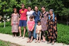 Abschiedsfoto mit Tursonoy und ihrer Familie