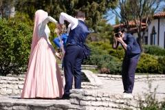 Wie auch bei uns possiert das Brautpaar in den unterschiedlichsten Posen
