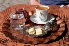 Türkischer Kaffee, gereicht mit safrangelbem Lokum