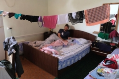 Da die Wäsche über Nacht trocken werden muss, improvisieren wir mit einer selbstgespannten Wäscheleine in unserem Zimmer