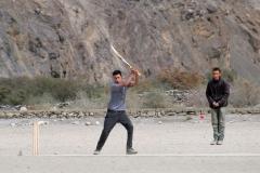 Wir besuchen die Schule Shimshals, bei der die Schüler gerade ein Partie Cricket im Rahmen der Sporttage spielen