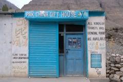 """Im Dorfladen gibt es das Nötigste zu kaufen. So auch """"Tourist Food"""", das aber hauptsächlich aus Keksen und Chips besteht."""