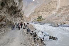 EIn Geländewagen, der nur wenig vor uns gestartete ist, ist in den Fluss gefallen. Zum Glück sind die Insassen mit dem Schrecken davon gekommen.