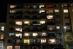 Es ist dunkel geworden und die Lichter in den Wohnungen gehen an