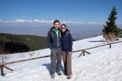 Im Schnee stehend, hinter uns Sofia. Dort hat es 23 Grad...