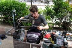 Auch unseren Rucksack können wir bei einem Schneider an der Straße nähen lassen