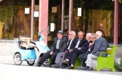 Aber auch diese Männer haben ein entspanntes Plätzchen gefunden, um das Straßentreiben zu beobachten
