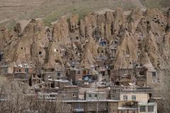 Blick auf Kandovan. In diesen Steinformationen lebten und leben Menschen