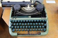 Eine alte Schreibmaschine mit kyrillischen Buchstaben
