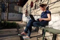 Leo schreibt in der Sonne ihren nächsten Blog-Beitrag