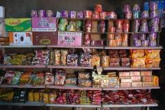Kleiner Zwischenstopp beim Laden der Familie unseres Fahrers. Die typisch chinesischen Eimersuppen (Pendant zu unseren Tütensuppen), ganz oben im Regal, dürfen nicht fehlen.