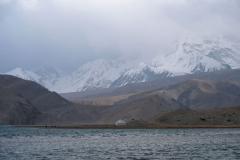 Am Karakol-See ist es nochmal eine ganze Ecke stürmischer und kälter als am 'White Sand Dune Lake' davor