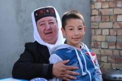 Die Tante der Braut mit ihrem Enkel