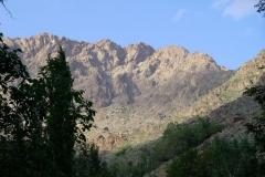 Die Berge im Blick wandern wir in der Schlucht hinauf