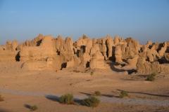 An manchen Stellen ergeben sich aus den Überresten der Lehmbauten bizarre Formationen