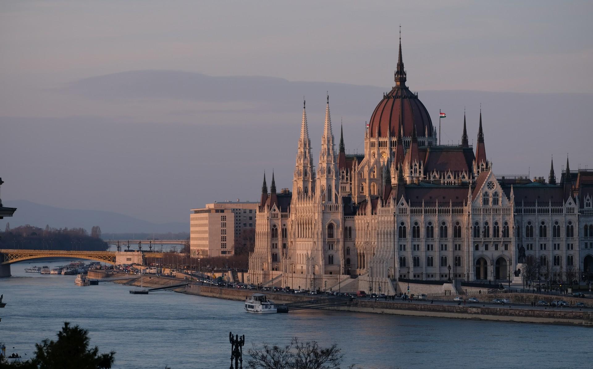 Das Parlament im letzten Tageslicht