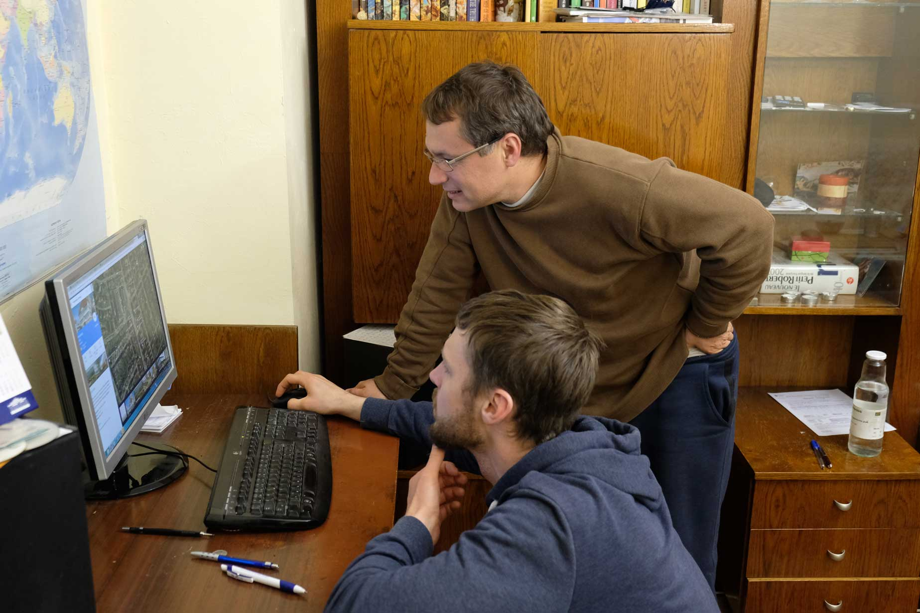 Sebastian und Petar ganz begeistert vor dem PC