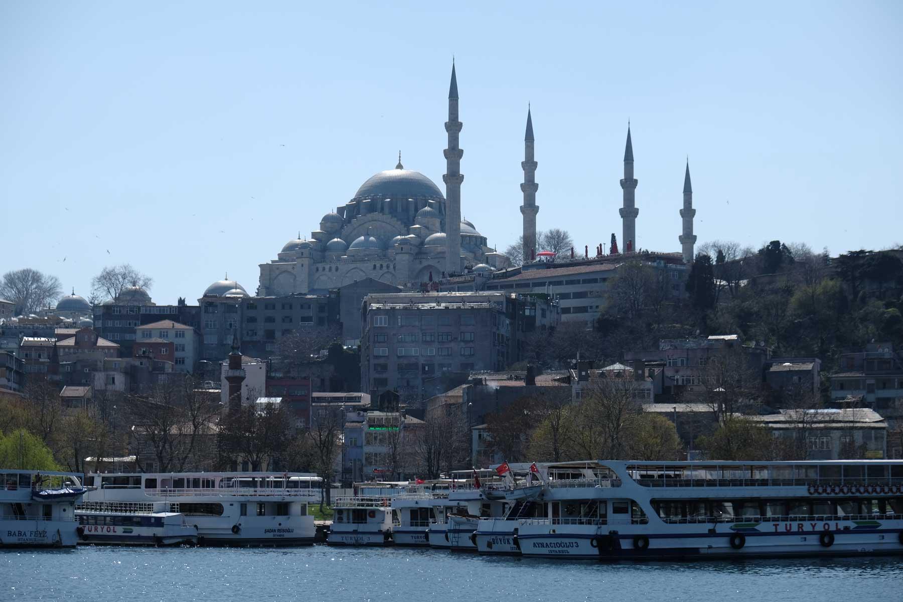 Erste Blicke auf Istanbul und eine der vielen Moscheen