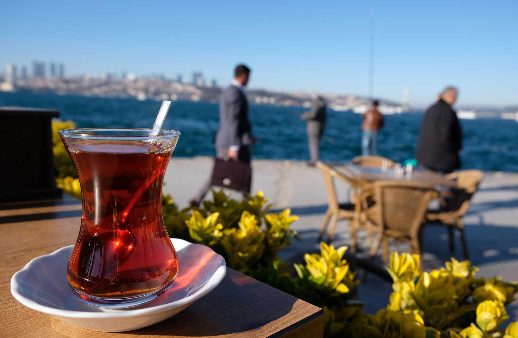 Bei einem leckeren Çaj genießen wir die entspannte Atmosphäre am Bosporus