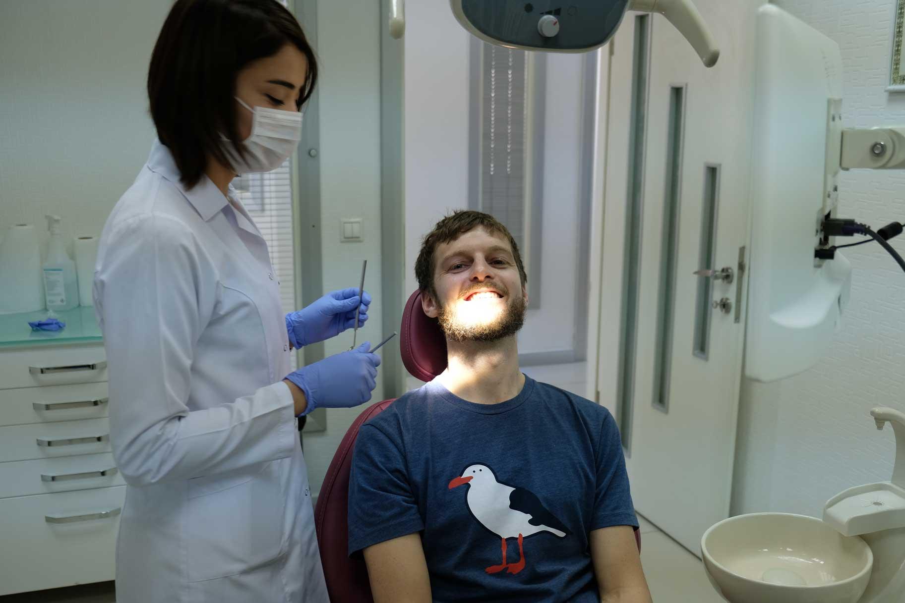 Sebastians Zahnkrone wird problemlos wieder angeklebt.