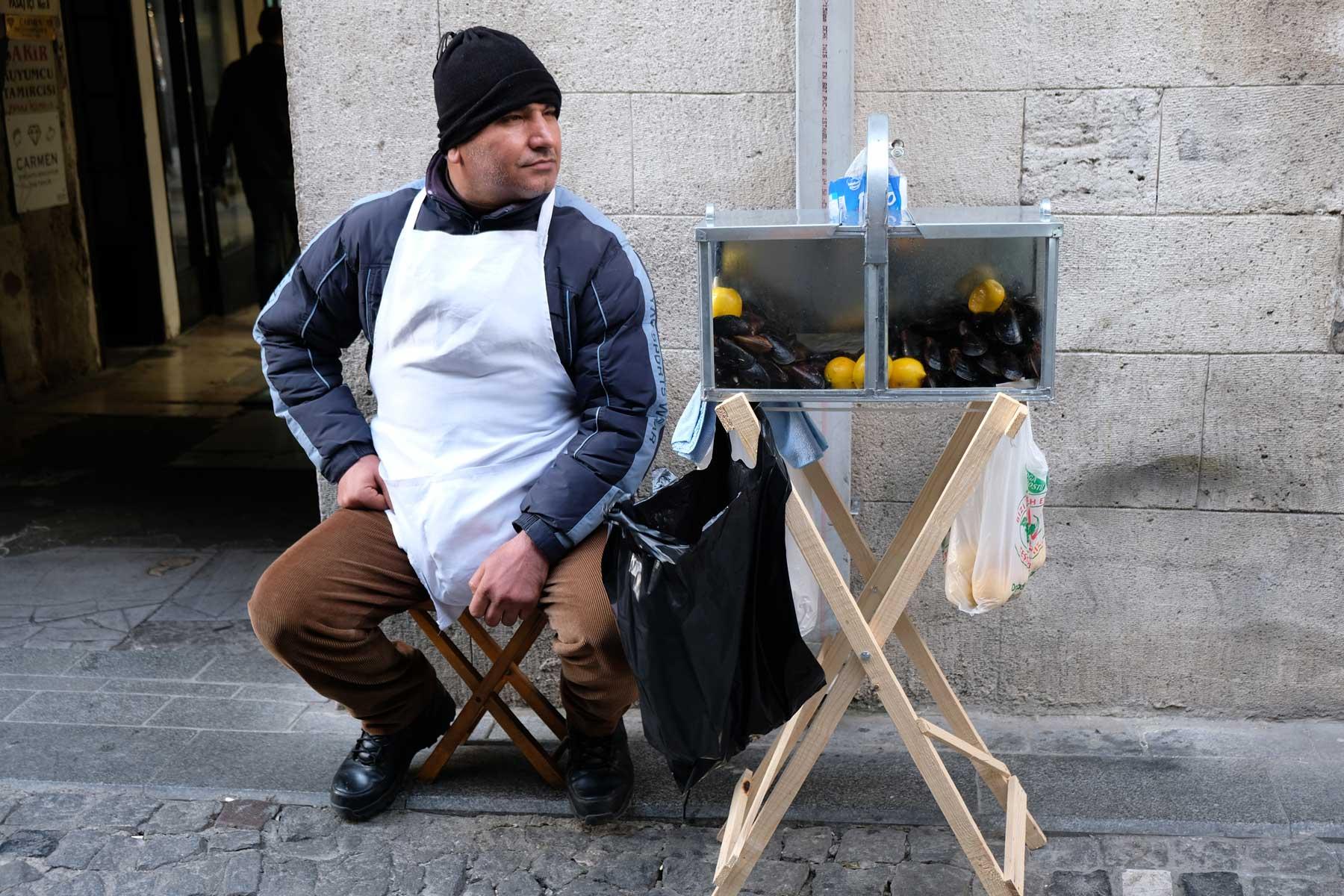Vorgekochte Miesmuscheln sind am Straßenrand mit Zitrone zu erwerben und zu schlürfen