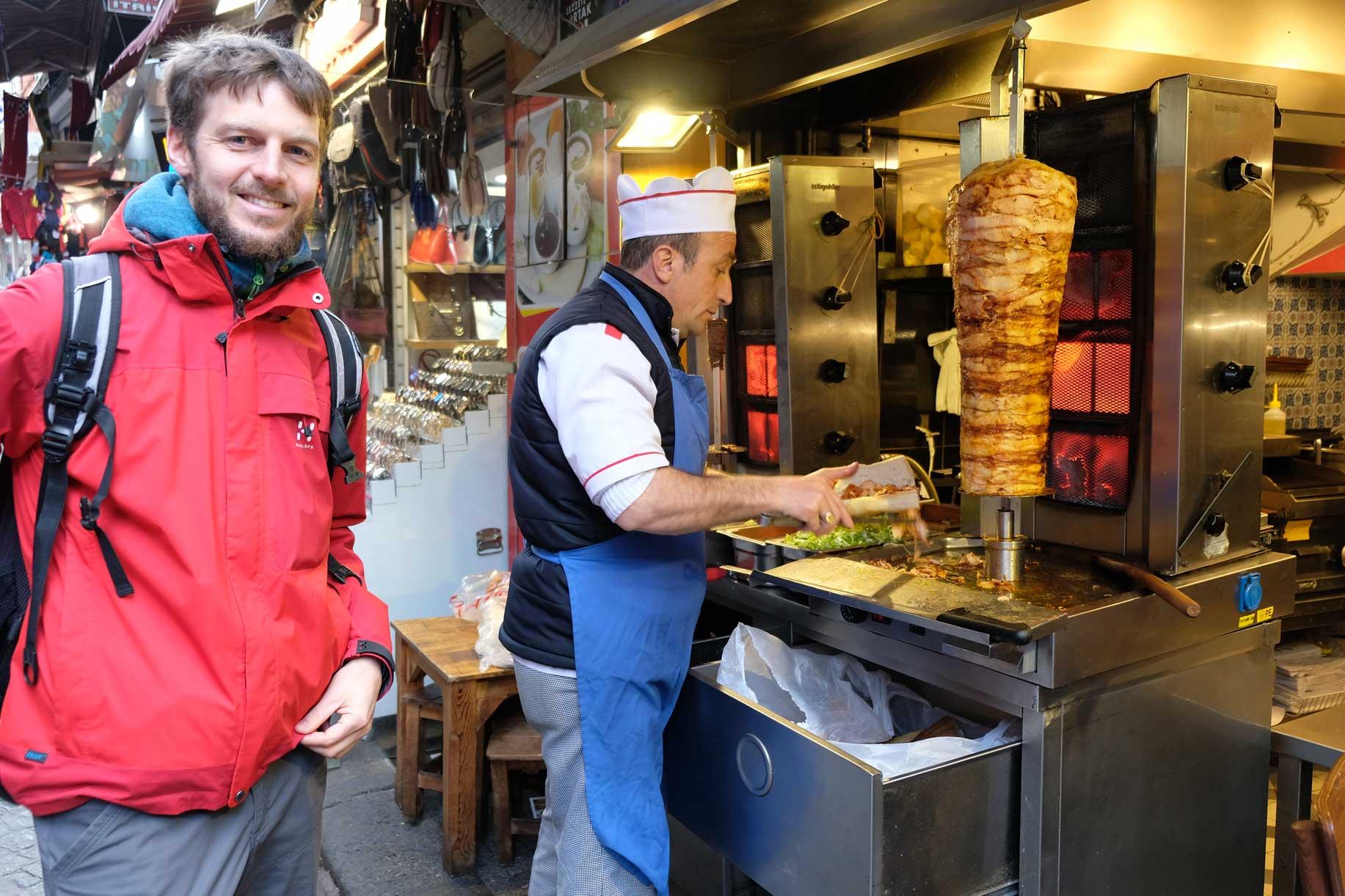 Und ja, Kebab gibt's hier natürlich auch, wenn auch anders als bei uns