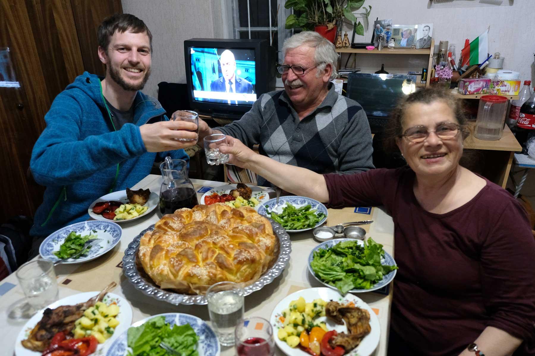 Gelöste Stimmung bei Pitka, Hasenbraten und selbstgemachtem Rotwein