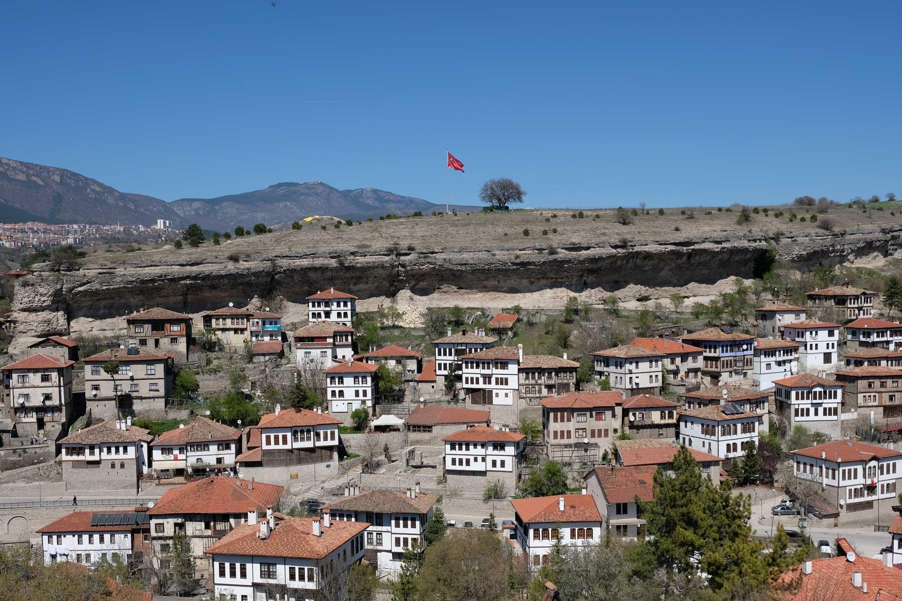 Safranbolu bei Tageslicht. Im Hintergrund weht, wie an sehr vielen Orten, die Türkische Flagge.