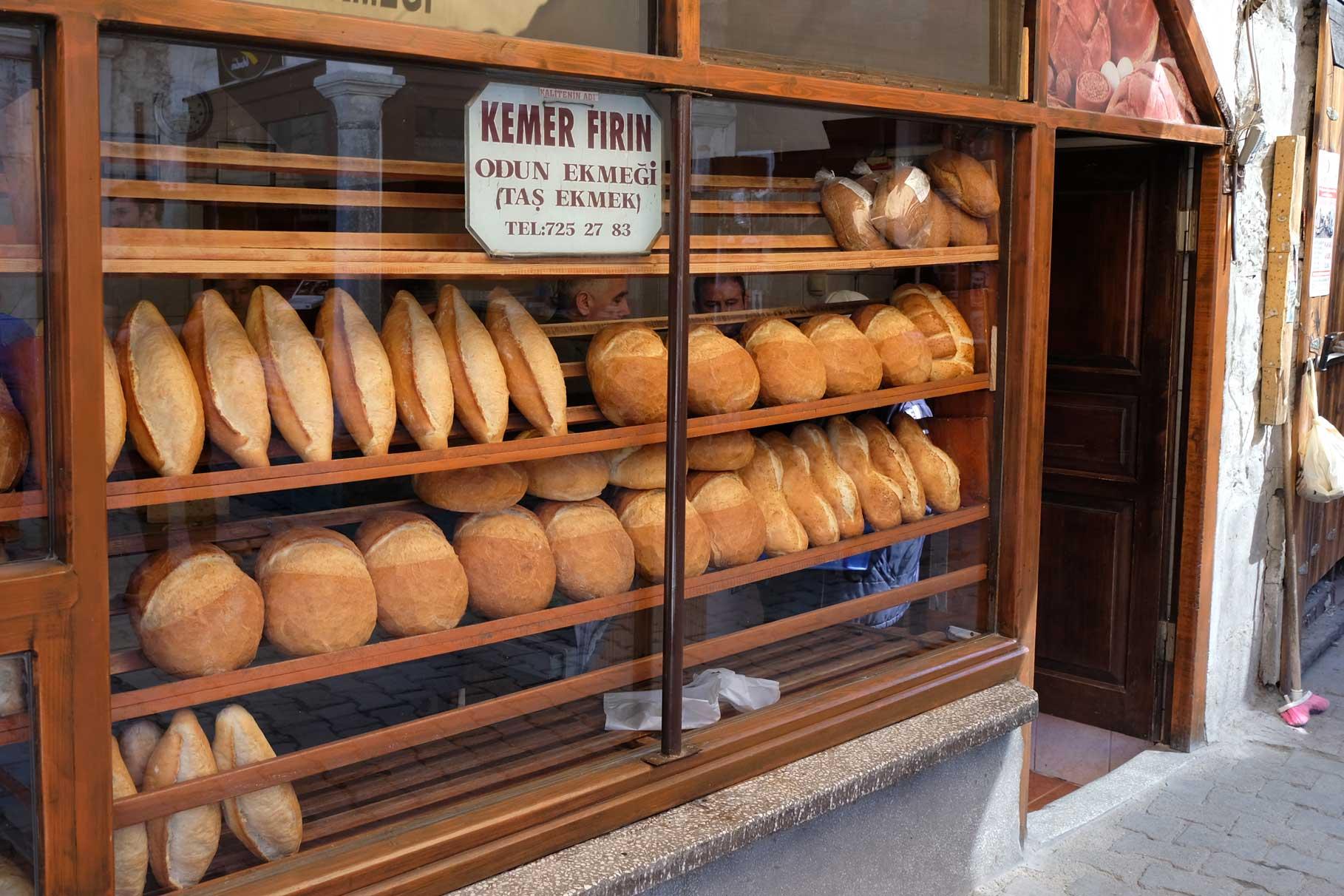 Frisches Brot (Ekmek) in der Auslage der Bäckerei